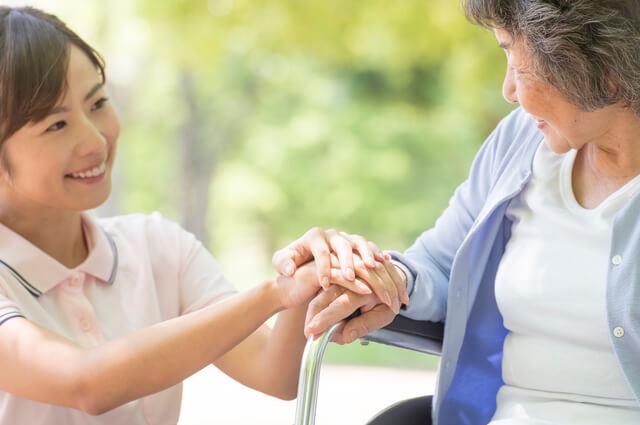 サービス提供責任者の女性が介護をしている