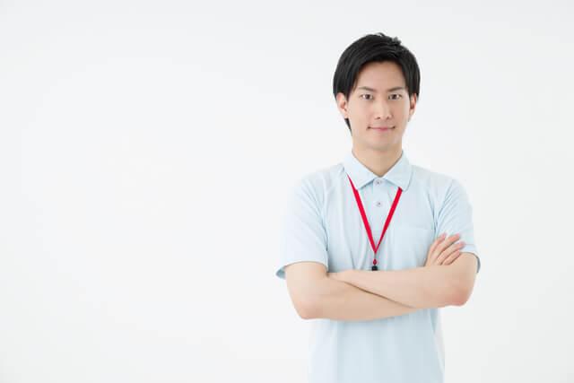 正社員として働く介護職員の男性