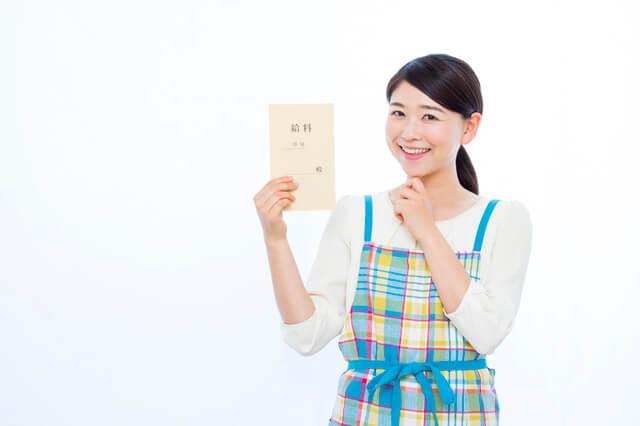 実務者研修を取得して得た給料に喜ぶ女性