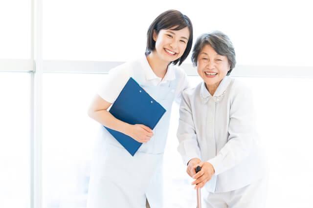 介護をする女性職員