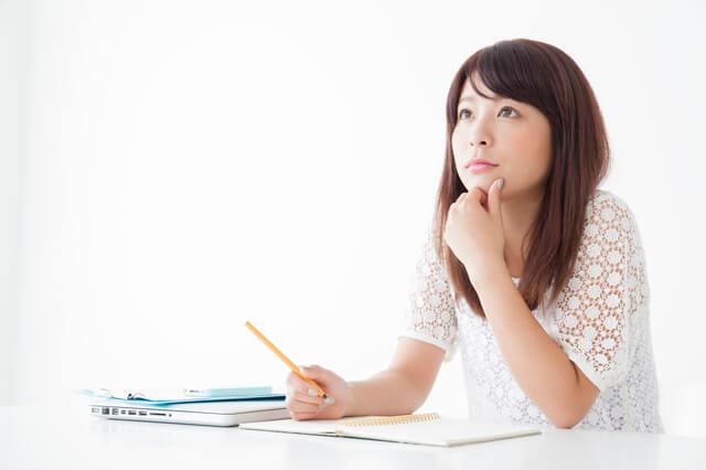 実務者研修の学習をする女性