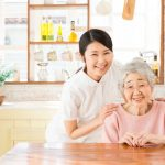 訪問介護をしている女性職員とおばあちゃん