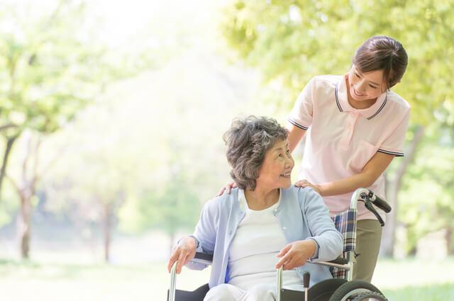 介護職員と外出する老人