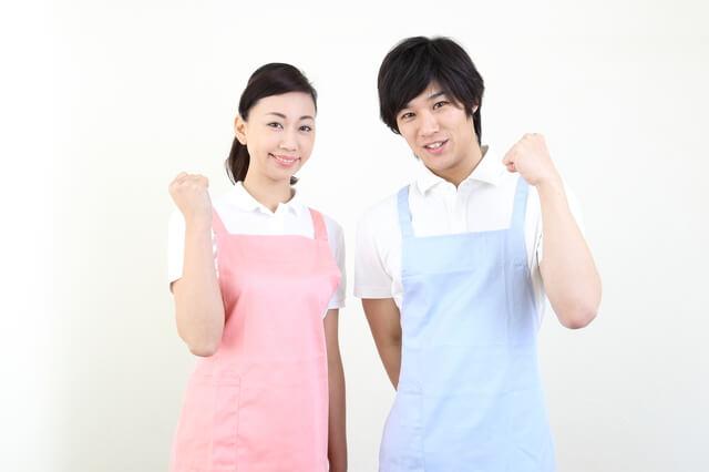 清潔な女性介護職員と男性介護職員