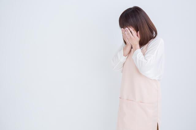 落ち込む女性介護職員