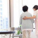 移動の補助をする女性介護職員