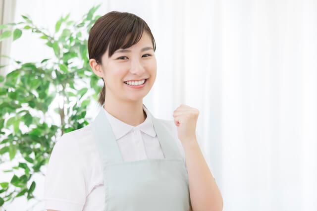 介護福祉士の合格を喜ぶ女性
