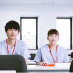 介護福祉士の研修を受ける若者