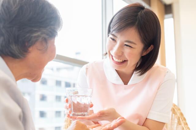 利用者の介助をする女性介護職員