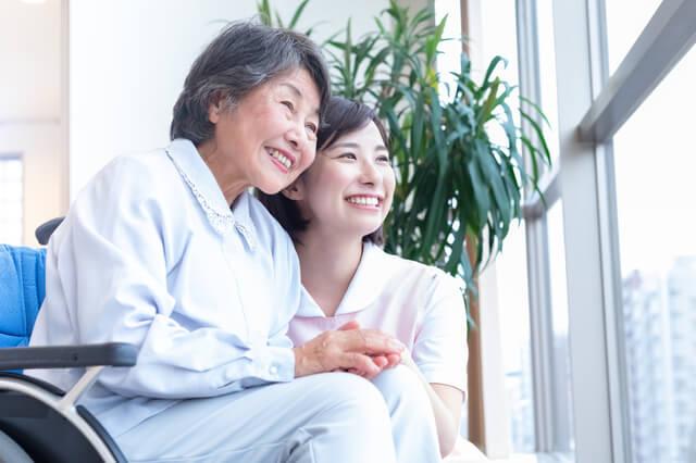 利用者に寄り添う女性介護職員
