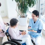 利用者の健康を確認する介護職員