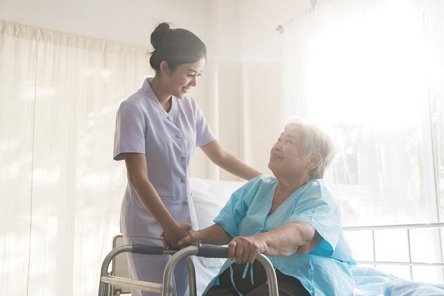 食事の介助をする女性介護職員